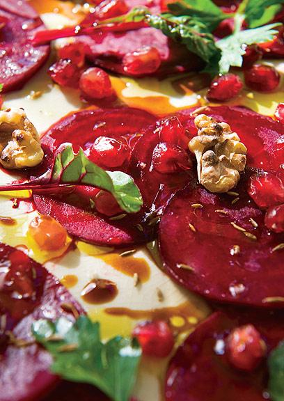 אדום על אדום - סלט סלק נא עם רימונים (צילום: ארז בן שחר) (צילום: ארז בן שחר)