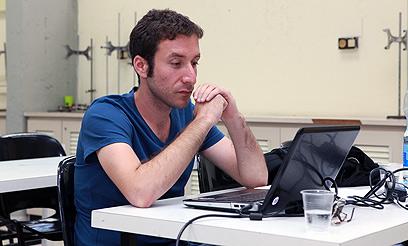 איציק שמולי צופה במסיבת העיתונאים של טרכטנברג, הערב (צילום: עומר מוסלי) (צילום: עומר מוסלי)