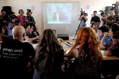 """מנהיגי המחאה צופים בטרכטנברג מציג את הדו""""ח (צילום: ירון ברנר) (צילום: ירון ברנר)"""