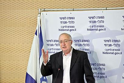 טרכטנברג מציג את המלצות הוועדה (צילום: נעם מושקוביץ) (צילום: נעם מושקוביץ)