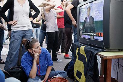 """מפגינים בירושלים צופים בטרכטנברג מציג את הדו""""ח (צילום: נועם מושקוביץ) (צילום: נועם מושקוביץ)"""