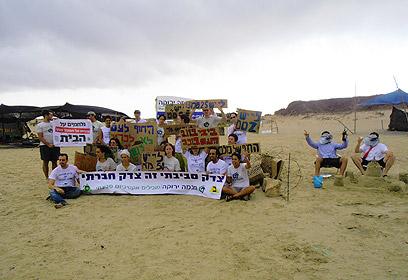 חברי ועד הפעולה של חוף נחשולים (צילום: לירונה ארד)