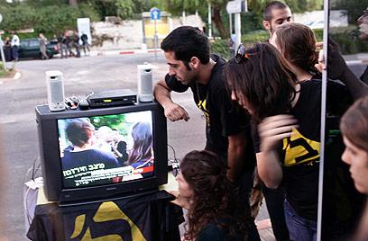 צופים בטרכטנברג במהלך הפגנת סטודנטים בירושלים (צילום: נועם מושקוביץ) (צילום: נועם מושקוביץ)