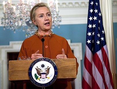"""קלינטון בעבודה. """"מזכירת המדינה הטובה ביותר שראינו"""" (צילום: AP) (צילום: AP)"""