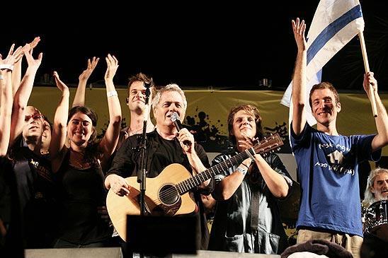 על הבמה עם שלמה ארצי בתל-אביב (צילום: הדר כהן)