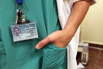 """מחזיר את המפתחות. ד""""ר יאיר לנדאו (צילום: אלי אלגרט)"""
