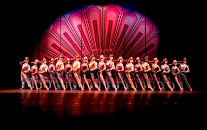 """""""שורת המקהלה"""". מפשיטה את הבמה מזיקוקי דינור (צילום: 2010-2011 US National Tour /"""" Photo by Phil Martin"""") (צילום: 2010-2011 US National Tour /"""