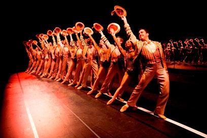 """מתוך המחזמר. עושה את העבודה (צילום: 2010-2011 US National Tour /"""" Photo by Phil Martin"""") (צילום: 2010-2011 US National Tour /"""