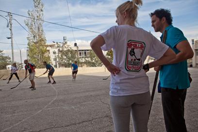 יש מי שהעדיף לרוץ אחרי דיסקית במקום לשתות בירה בשקט. משחק הוקי שדה בטייבה (צילום: מתי מילשטיין) (צילום: מתי מילשטיין)
