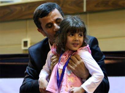רוצה כמה שיותר ילדים במדינה. אחמדינג'אד (צילום: AP) (צילום: AP)