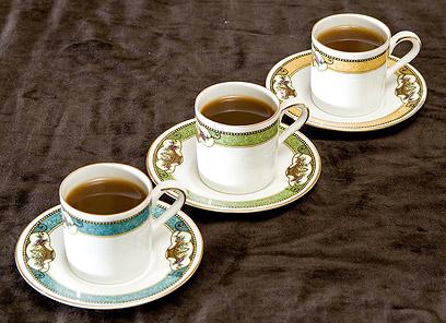 מרתיחים פעמיים (ובלדינו מכינים אותו קפיקו). קפה טורקי (צילום: סוזן ברלינר) (צילום: סוזן ברלינר)