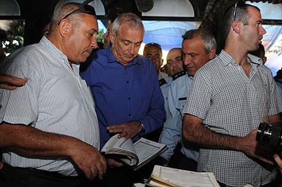 """אהרונוביץ' במסגד השרוף. """"הם גורמים לנו נזק למרקם החיים"""" (צילום: אביהו שפירא) (צילום: אביהו שפירא)"""
