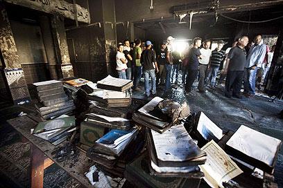 """במסגד השרוף. """"ההשלכות חמורות"""" (צילום: AFP) (צילום: AFP)"""