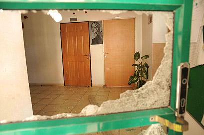 """שברו חלונות במתנ""""ס (צילום: אביהו שפירא ) (צילום: אביהו שפירא )"""