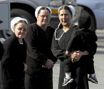 הקהילה שבפנסילבניה היא המסקרנת מכולן. נשות אמיש מתבוננות (צילום: MCT) (צילום: MCT)
