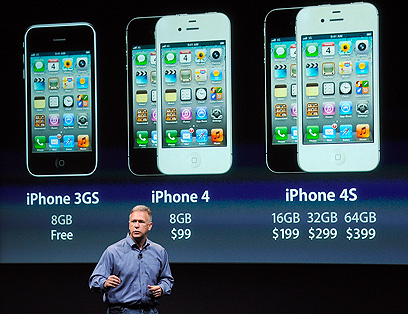 פיל שילר על הבמה, עם אייפון, לא חמש (צילום: AP)