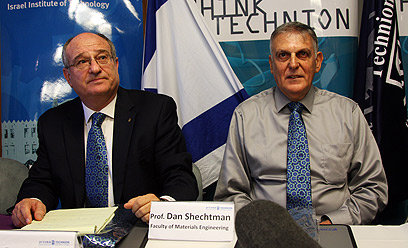 שכטמן ונשיא הטכניון עם עניבות הגבישים, היום (צילום: אבישג שאר ישוב) (צילום: אבישג שאר ישוב)