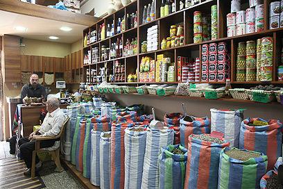 תבלינים בכל מיני צבעים אצל ספדי (צילום: אסף רונן) (צילום: אסף רונן)