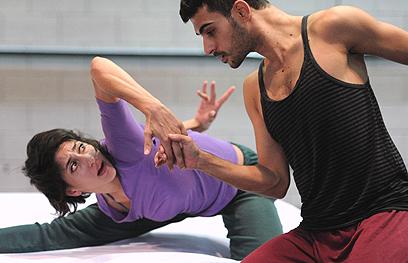 רקדני הפרויקט במהלך חזרות על יצירתו של פורסיית (צילום: תמי וייס) (צילום: תמי וייס)