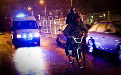 השוטרים רודפים אחרי הנערים, לא החייזרים ()
