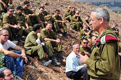IDF chief Gantz with reserve soldiers (Photo: IDF Spokesperson's Unit)