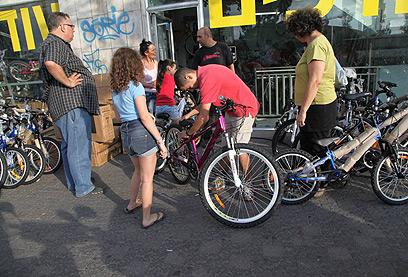 בודקים את האופניים (צילום: מוטי קמחי) (צילום: מוטי קמחי)