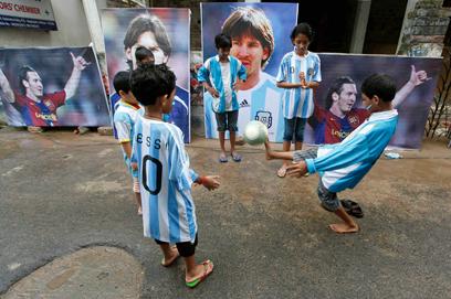 מסי הפך לאליל עבור ילדי העולם (צילום: רויטרס) (צילום: רויטרס)