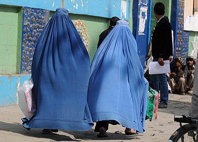 נשים אפגניות לבושות בורקה. הגברים לא מתקרבים (צילום: AFP) (צילום: AFP)