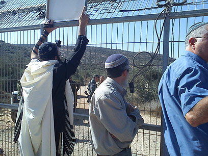 Itamar residents against Awarta harvesters (Photo: Samaria Settlers' Committee)