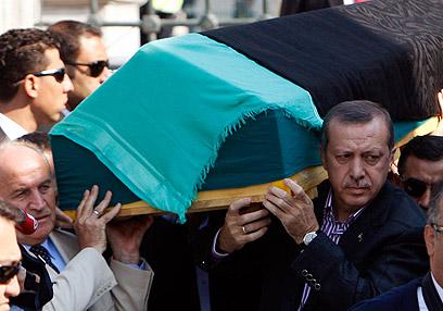 Erdogan carries mother's casket (Photo: Reuters)