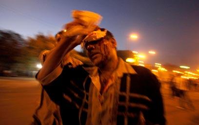 """פצוע בקהיר. """"מתיחחסים אלינו כמו למפגינים במהפכה"""" (צילום: רויטרס) (צילום: רויטרס)"""