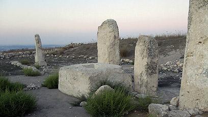 אבני מצבה כנעניות גדולות בתל גזר (צילומים: רון פלד) (צילום: רון פלד)