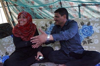 קרמן ובעלה באוהל המחאה בצנעא (צילום: AFP) (צילום: AFP)