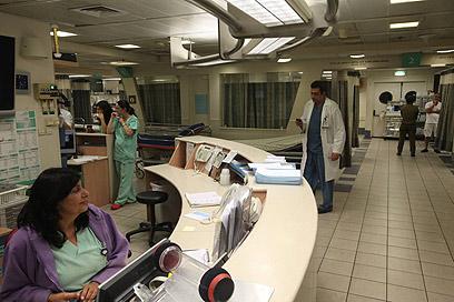 """חדר המיון בבית החולים איכילוב. """"אולי יביאו עובדים זרים"""" (צילום:  מוטי קמחי) (צילום:  מוטי קמחי)"""