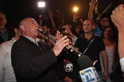 חגיגות במאהל שליט בירושלים, הלילה (צילום: אוהד צויגנברג) (צילום: אוהד צויגנברג)