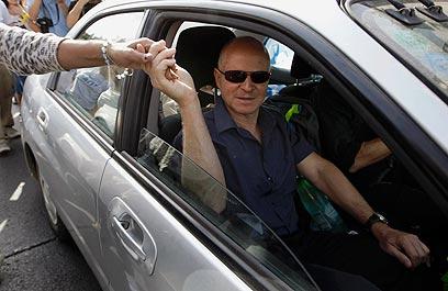 Noam Shalit heading home (Photo: Reuters)