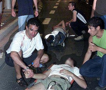 """ליל הפיגוע בדולפינריום, יוני 2001. """"שהמחבל יסבול כל חייו"""" (צילום: איי פי) (צילום: איי פי)"""