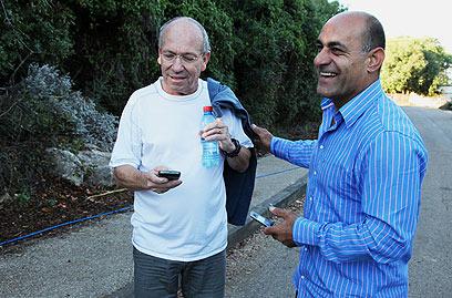 """עזאם עזאם ושמשון ליבמן, יו""""ר המטה למען שחרור גלעד (צילום: אבישג שאר-ישוב) (צילום: אבישג שאר-ישוב)"""