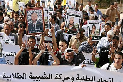 """מפגינים בבית לחם למען שחרור האסירים. """"החלטה בלתי סבירה"""" (צילום: EPA) (צילום: EPA)"""