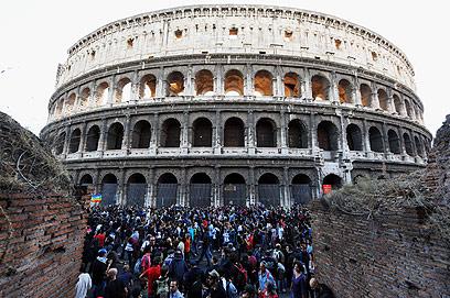 עימותים ליד הקולוסיאום ברומא. המשטרה השתמשה בגז מדמיע (צילום: AFP) (צילום: AFP)