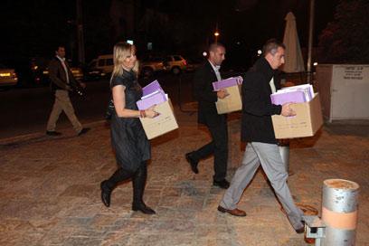 תיקי החנינה בדרך לנשיא, הערב (צילום: גיל יוחנן) (צילום: גיל יוחנן)