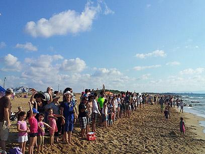 גל אנושי בחוף בצת (צילום: דב גרינבלט)