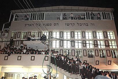 """בית הכנסת """"לדרמן"""" בלווית הרבנית (צילום: מאיר אלפסי, כיכר השבת) (צילום: מאיר אלפסי, כיכר השבת)"""