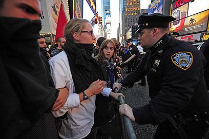 """""""מפגינים בדרכי שלום"""" (צילום: AFP) (צילום: AFP)"""