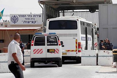 """תחילת העברתם של האסירים המשוחררים. מעשיהם """"עורפלו"""" (צילום: אליעד לוי) (צילום: אליעד לוי)"""