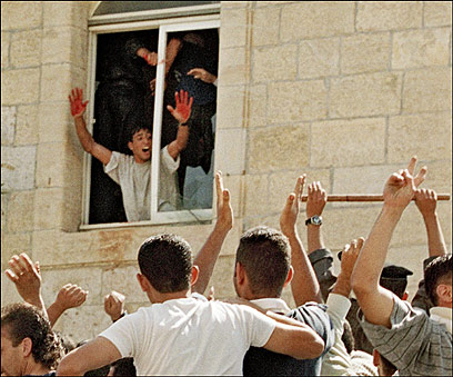 """""""הכאב מתגבר ביום כזה"""". המחבל עם הדם על הידיים (צילום: imagebank/AFP) (צילום: imagebank/AFP)"""