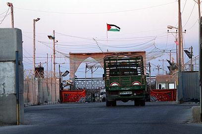 מעבר רפיח לקראת חילופי השבויים (צילום: EPA)