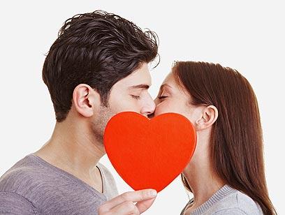 ואז מגיע הרגע בו היא מבינה שאתה מעוניין בה כבת זוג (צילום: shutterstock) (צילום: shutterstock)