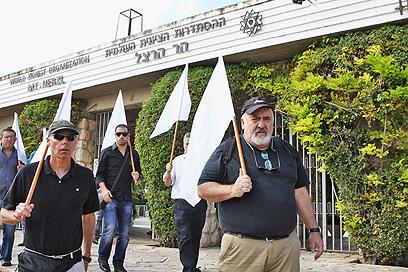 הורים שכולים צעדו לבית המשפט במחאה על עסקת שליט (צילום: אוהד צויגנברג) (צילום: אוהד צויגנברג)