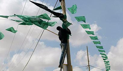 מעבר רפיח. דגלי חמאס כבר נתלו (צילום: AP) (צילום: AP)